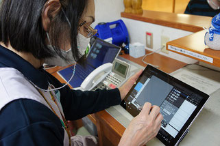 こちらはK看護職員。健康状態をタブレットでタッチ入力