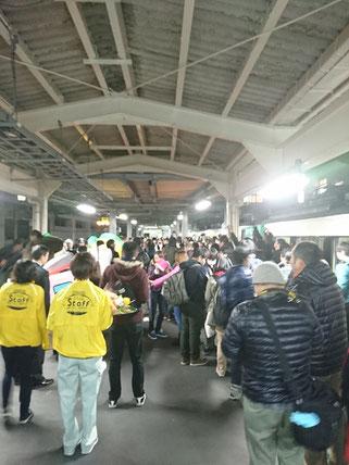 糸魚川駅の構内。別れを惜しむファンの姿(Y課長提供)