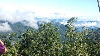 遠く、御嶽山の噴煙が見えます。