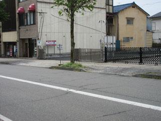 飯田駅から下りてくると右側です。