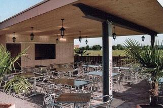 gedeckter Sitzplatz beim Restaurant Diavolo in Wangen SZ Dani Vogt D. Vogt Holzbau GmbH CH 8855 Wangen SZ