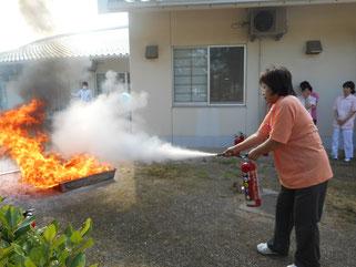 激しく燃える炎に向かって、消火!!