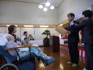 江津市役所民生部門 参事村上氏より表彰状の贈呈
