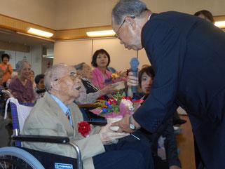 田中増次支部長よりお花の贈呈