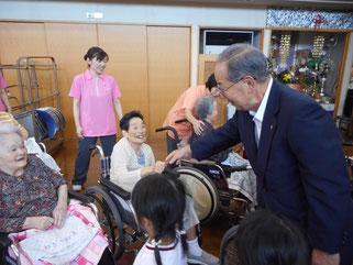 田中増次支部長と握手