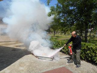 消火器は「掃くように」がポイントです!