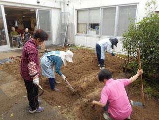 ご利用者も芋掘りの様子を見守りました