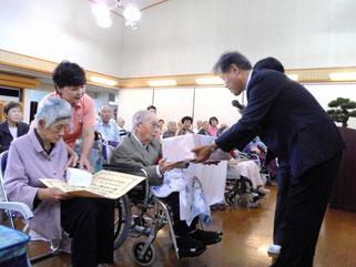 江津市役所民生部門 参事村上氏より表彰状と記念品の贈呈