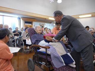 田中増次支部長より記念品の贈呈