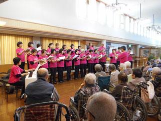 ピンクのTシャツで揃え、歌声も最高でした
