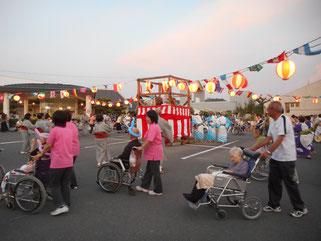 ご利用者も盆踊りの輪の中で素敵な笑顔をされていました