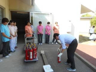 基本的な消火器の使用方法を説明