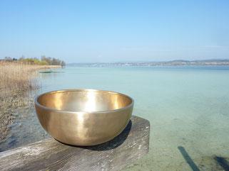 Klangschale am Wasser
