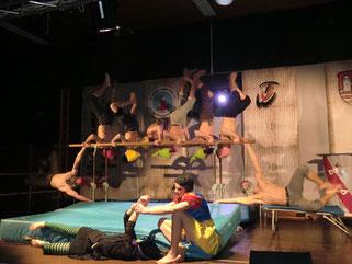Akrobatik auf hohem Niveau: Das Show-Team-Energy des TV Großostheim mit Schneewittchen und die Zwerge beim Wenigumstädter Fasching