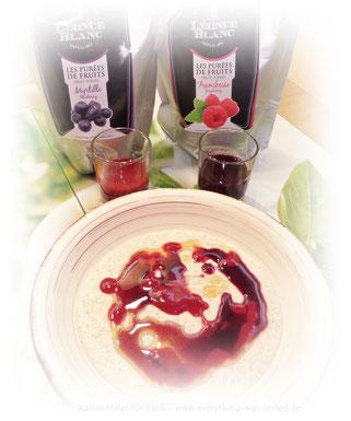 Dinkel-Grießbrei mit Fruchtpüree und Ahornsirup