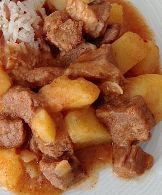 Türkisches Gericht mit Fleisch und Kartoffeln (Tas Kebabı)