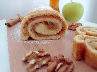 Biskuitrolle mit Apfelfüllung