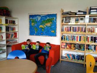 Die Leseecke in der Bibliothek der Ernst-Reuter-Schule in Offenbach
