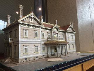 タバコの箱で制作された豊平館の模型