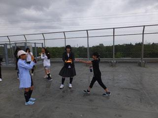 高台小ミニ児童会館Photo★クラブの児童と平岸高校写真部員