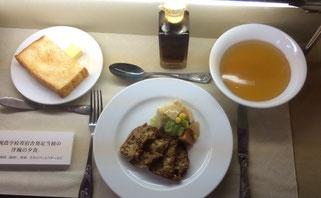 札幌農学校寄宿舎発足当初の夕食(パン、鹿肉ステーキ、スープ)