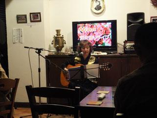 毎月開催するニーナライブにて「百万本のバラ」を歌う兵頭ニーナさん