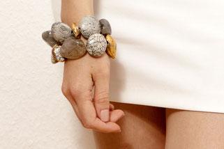Armbänder aus Keramik und Edelsteinen vergoldet