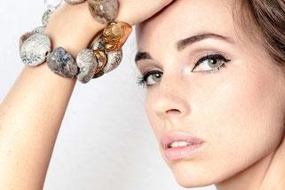 Armband aus Keramik und Edelsteinen