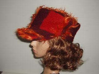 casquette lainage rouge et mauve avec des poils orange