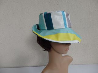 chapeau de pluie rayé bleu