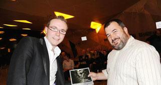 Georg Mertes (rechts) vom Förderverein Gedenkstätte KZ Hinzert bedankt sich bei Referent Peter Hammerschmidt mit einem Buch, Foto: Ursula Schmieder, Quelle: volksfreund.de