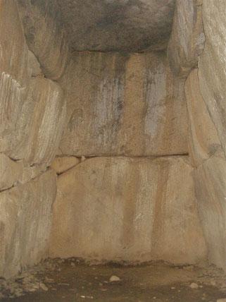 巨大な奧壁部の石材
