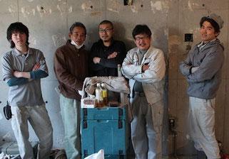 現場で撮影した西本さんを中心としたチームNの集合写真。(大工さん、大工見習さん、設備やさん、電気屋さん)