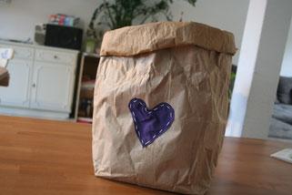 Aus Papiersack mit Milchreis wird ein Utensilo für Spielzeug