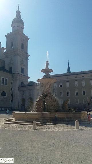Salzburg Residenzbrunnen am Residenzplatz, im Hintergrund Dom und Alte Residenz