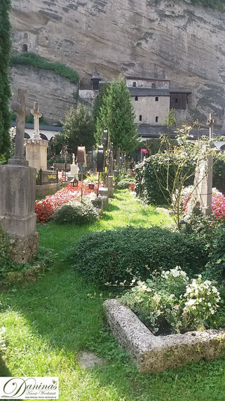 Salzburg - Friedhof St. Peter, im Hintergrund die Katakomben (spätantike Begräbisstätte)