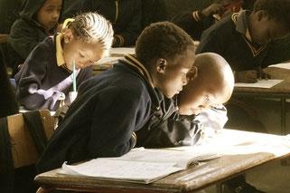 Scuola Aion - disegno di bambini sui banchi di scuola