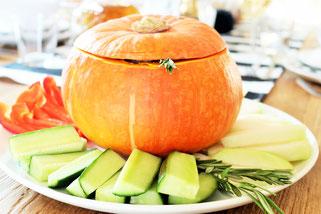 Bild: Ideen für Herbst und Halloween, Halloween Party Rezepte, Kürbis Ideen, Kräuterquark als Dip aus dem Kürbis für eine Herbstparty, Halloweenparty oder Dinnerparty