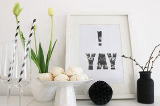 Bild: DIY Deko für die Party oder Hochzeit selber machen - finde kreative Ideen für schöne Dekoration zum selber basteln auf www.partystories.de // DIY Bild Dekoration aus Servietten und Bastelvorlage basteln