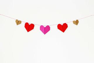 Bild: Valentinstag Deko Idee zum selber basteln: DIY Herz Girlande und Origami Herzen falten Anleitung