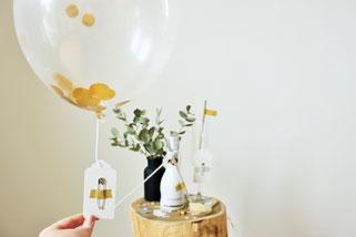 Bild: Valentinstag Geschenk Idee zum selber basteln: DIY Luftballon mit Konfetti und versteckten Botschaften als Freebie Bastelvorlage zum verschenken für Sie und Ihn