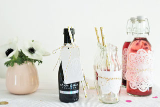 Bild: DIY Deko für die Party oder Hochzeit selber machen - finde kreative Ideen für schöne Dekoration zum selber basteln auf www.partystories.de // DIY Deko mit Tortenspitze