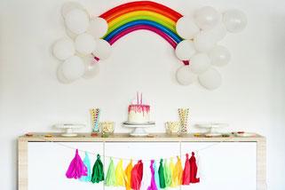 Bild: DIY Deko für die Party oder Hochzeit selber machen - finde kreative Ideen für schöne Dekoration zum selber basteln auf www.partystories.de // Motto Party Idee Regenbogen-Party als Kindergeburtstag oder Motto für Babyparty