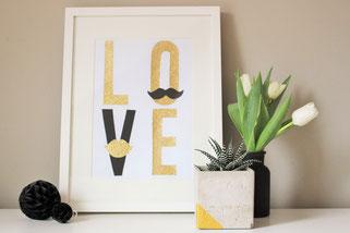 Bild: Valentinstag schön feiern, DIY Deko oder Geschenk Idee als Bild zum selber basteln, mit Freebie Bastelvorlage LOVE