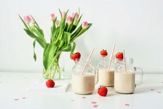 Bild: Ideen und Rezepte mit Erdbeeren, Blog Partystories // Rezept Idee für einfachen und fruchtigen Smoothie-Milkshake mit Erdbeeren, Bananen und Joghurt