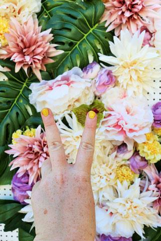 Bild: DIY Photobooth -So einfach kannst Du eine schöne Fotoecke samt Hintergrundwand im tropical Style aus Seidenblumen und Monstera Blättern selbst gestalten, von Partystories.de in Kooperation mit Depot