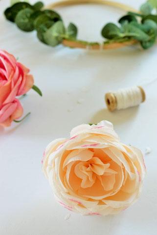 Bild: DIY Dekoration mit runden Holz-Stickrahmen und Blumen selber basteln: Mit dieser Schritt-für-Schritt Anleitung kannst Du schöne Deko für die Party oder Hochzeit im Vintage-Stil oder Boho-Stil selber machen; gefunden auf www.partystories.de