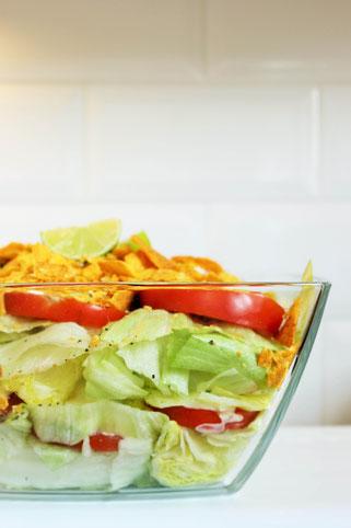 Bild: Rezept für Wraps mal anders – kleine Wrap Muffins als herzhaftes Partyfood mit Hackfleisch Füllung oder vegetarisch, leckere mexikanische Party Snacks mit passenden Beilagen; gefunden auf www.partystories.de