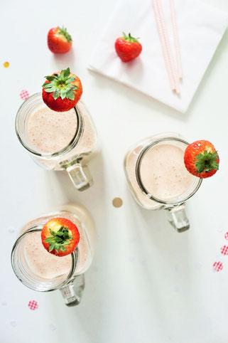 Bild: Gesunder Smoothie-Milkshake mit Erdbeeren, Bananen und Joghurt – mit diesem Rezept ganz einfach leckere Shakes für die Party und jeden Anlass zum feiern mixen // gefunden auf dem DIY-, Kreativ- und Foodblog www.partystories.de // #Erdbeerrezept