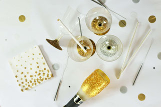 Bild: DIY Deko für die Party oder Hochzeit selber machen - finde kreative Ideen für schöne Dekoration zum selber basteln auf www.partystories.de // DIY Deko mit Glitzer, Becher und Flaschen mit Glitzer dekorieren